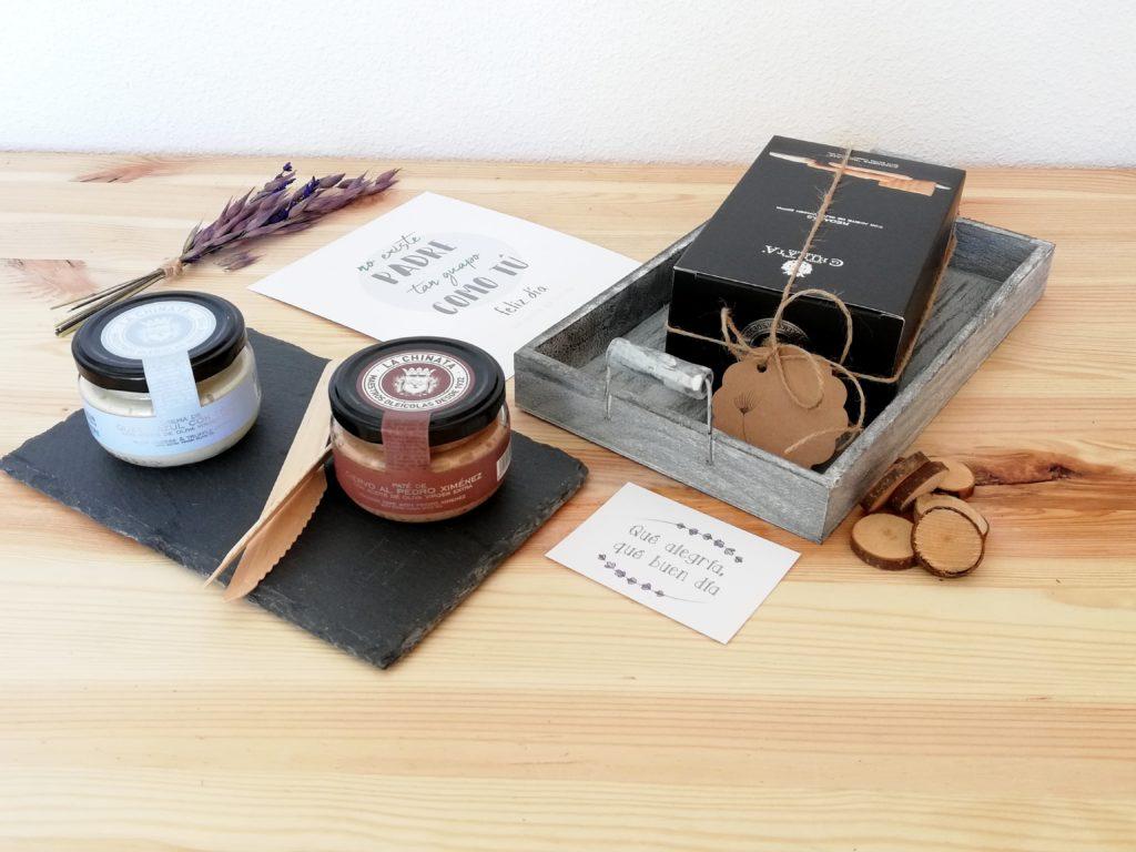 PackRegaloPapa_Compuesta por productos gourmet: pates, elementos de decoración como bandejas.