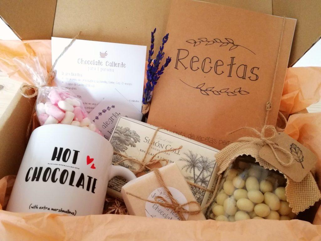 Pack_Regalo_Chocolate: Cajita de Cartón con diferentes elementos de chocolate