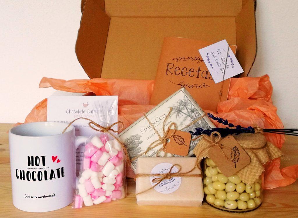 Pack regalo de cartón con diferentes elementos de chocolate