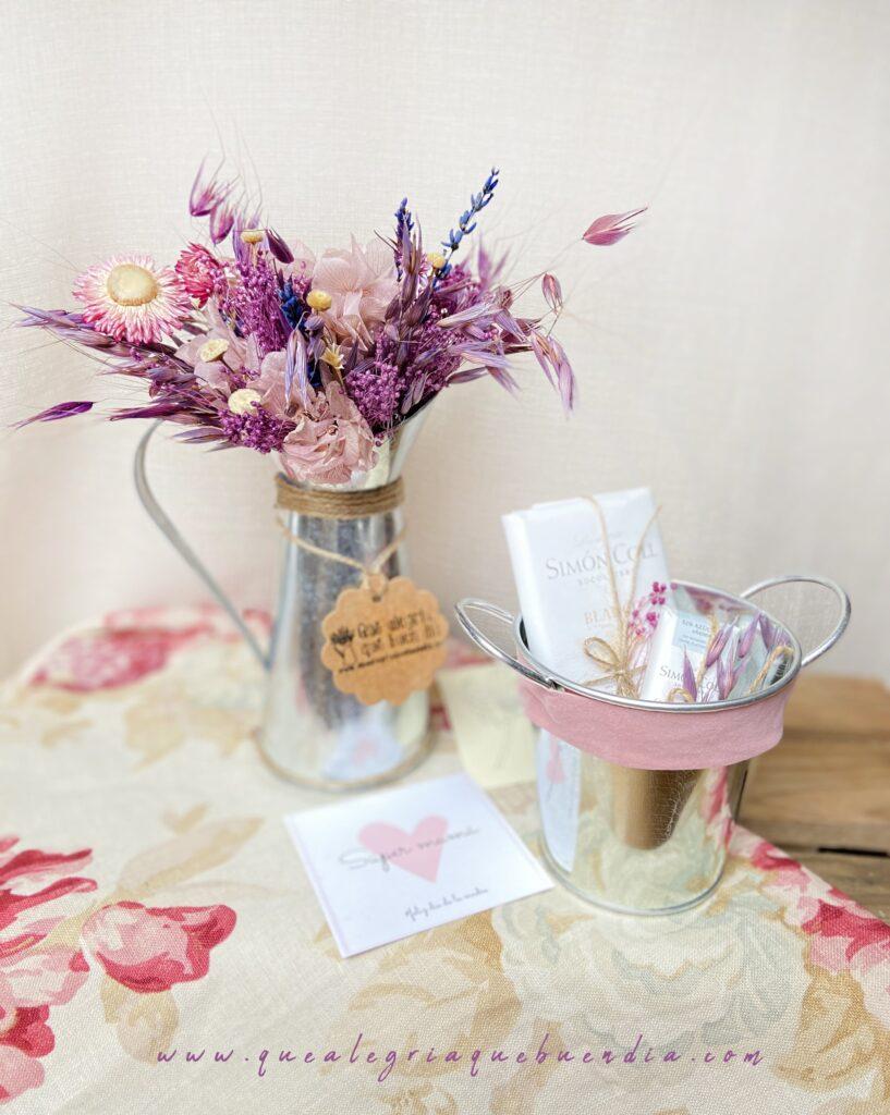 Pack Regalo Mama 5 Centro de Flores en Jarrita Lechera tonos malvas con chocolates Simon Coll