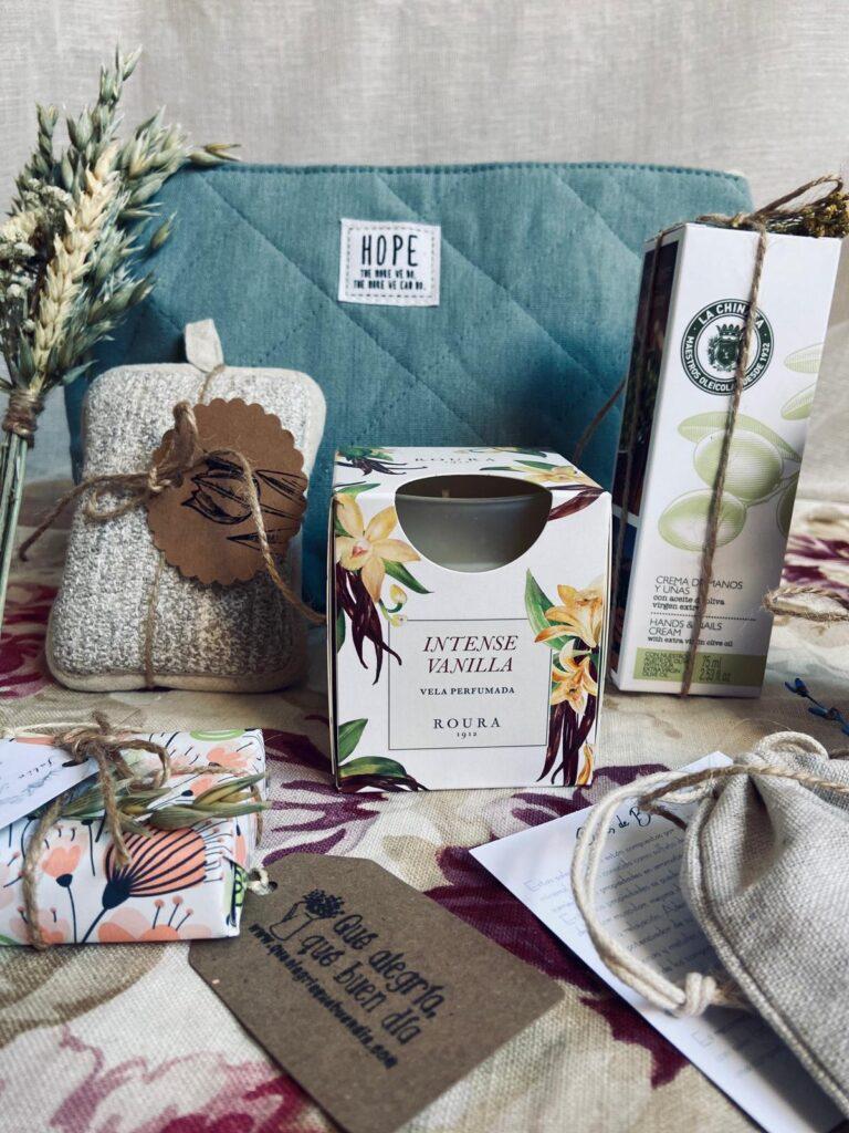 Pack Regalo Tomate un respiro_Regalos para todos con neceser, bomba de baño, jabon artesanal, crema de manos, velita aromatica, ramillete de flores, sales de baño...