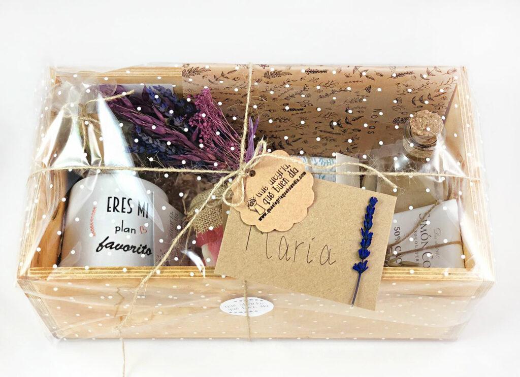 PAck Regalo en caja de madera empaquetado con fondo blanco