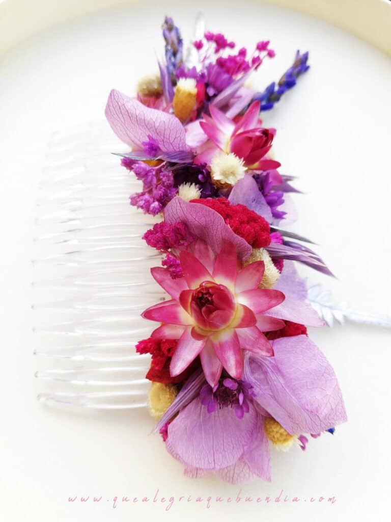 Peineta decorada con flores preservadas