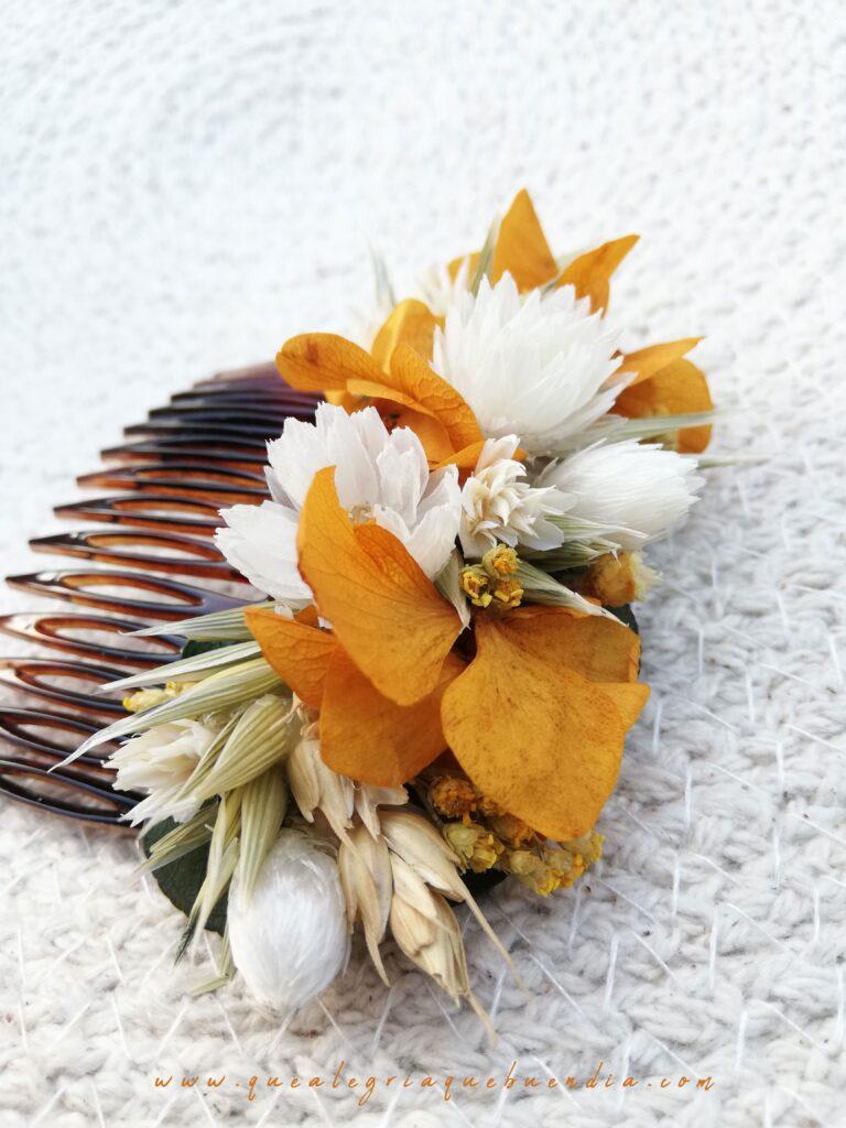 Peineta decorada con flores preservadas en colores amarillos y blancos