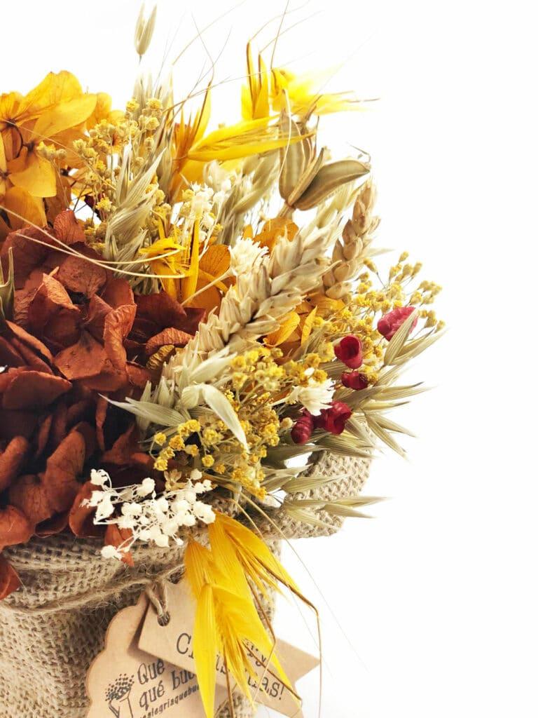 Centro de Flores en Cesta Yute en tonalidades granates y amarillas