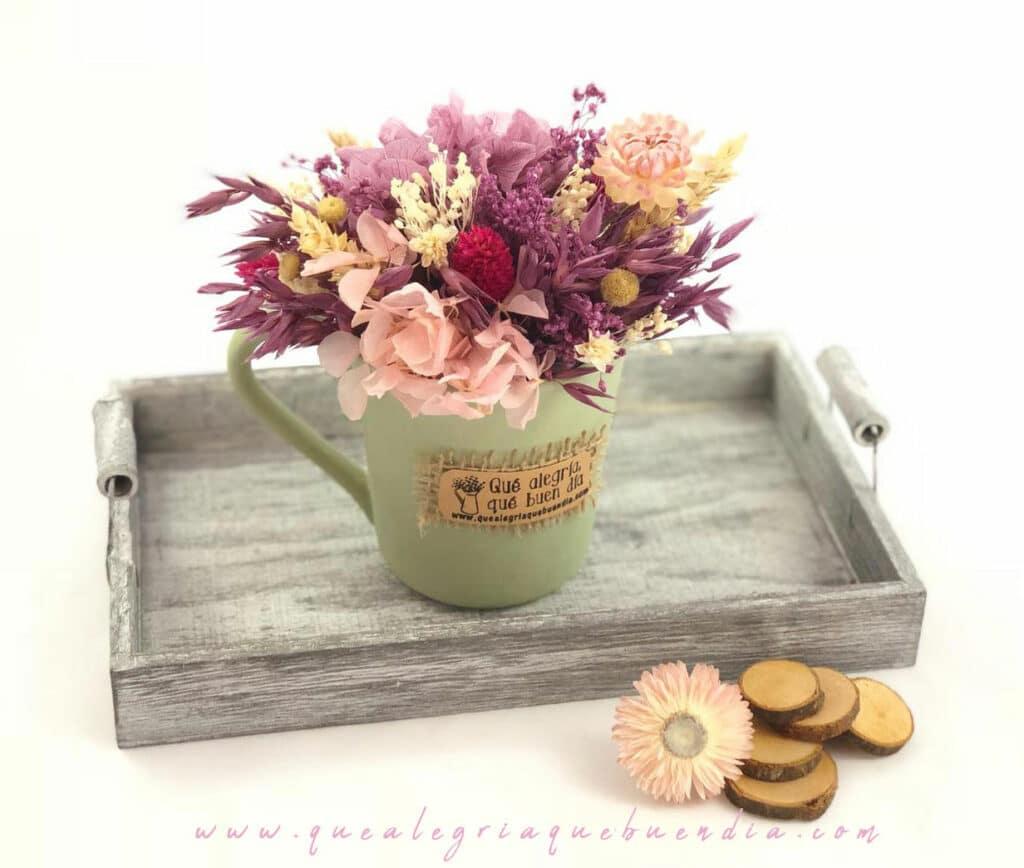 Centro de Flores en tonos malvas o granates en Taza de Ceramica pintada a mano