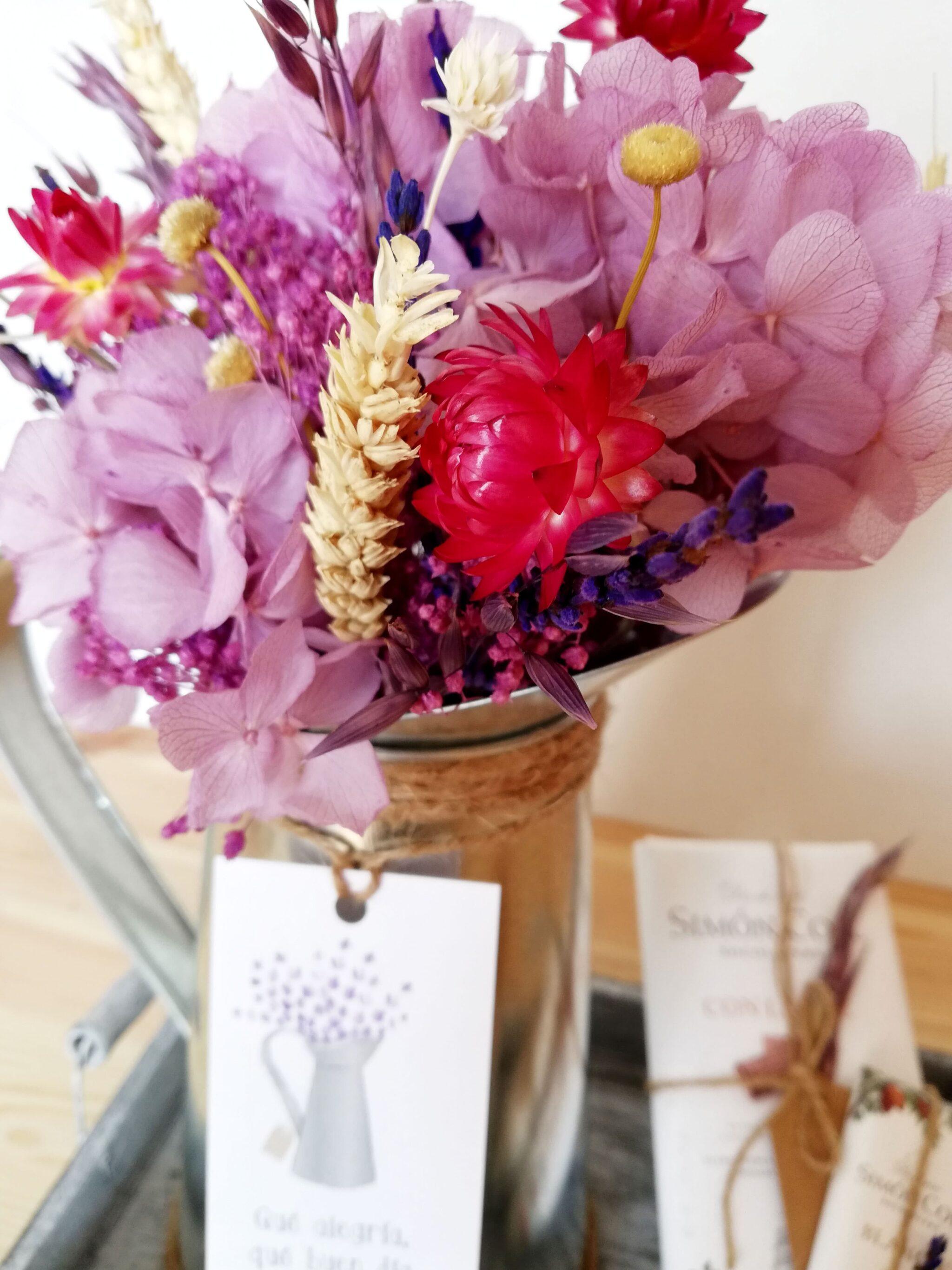 Centro de Flores en colores malvas en Jarrita de Zin