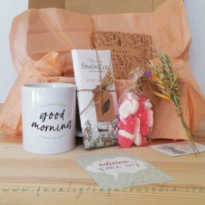 Pack regalo en caja de cartón compuesto por taza, chocolate, bolsa de chuches y libreta Kraft,