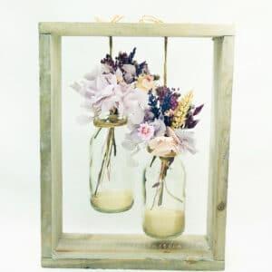 Estructura de Madera con Flores preservadas en Jarroncitos de cristal. Es un regalo ideal para el Día de la Madre.