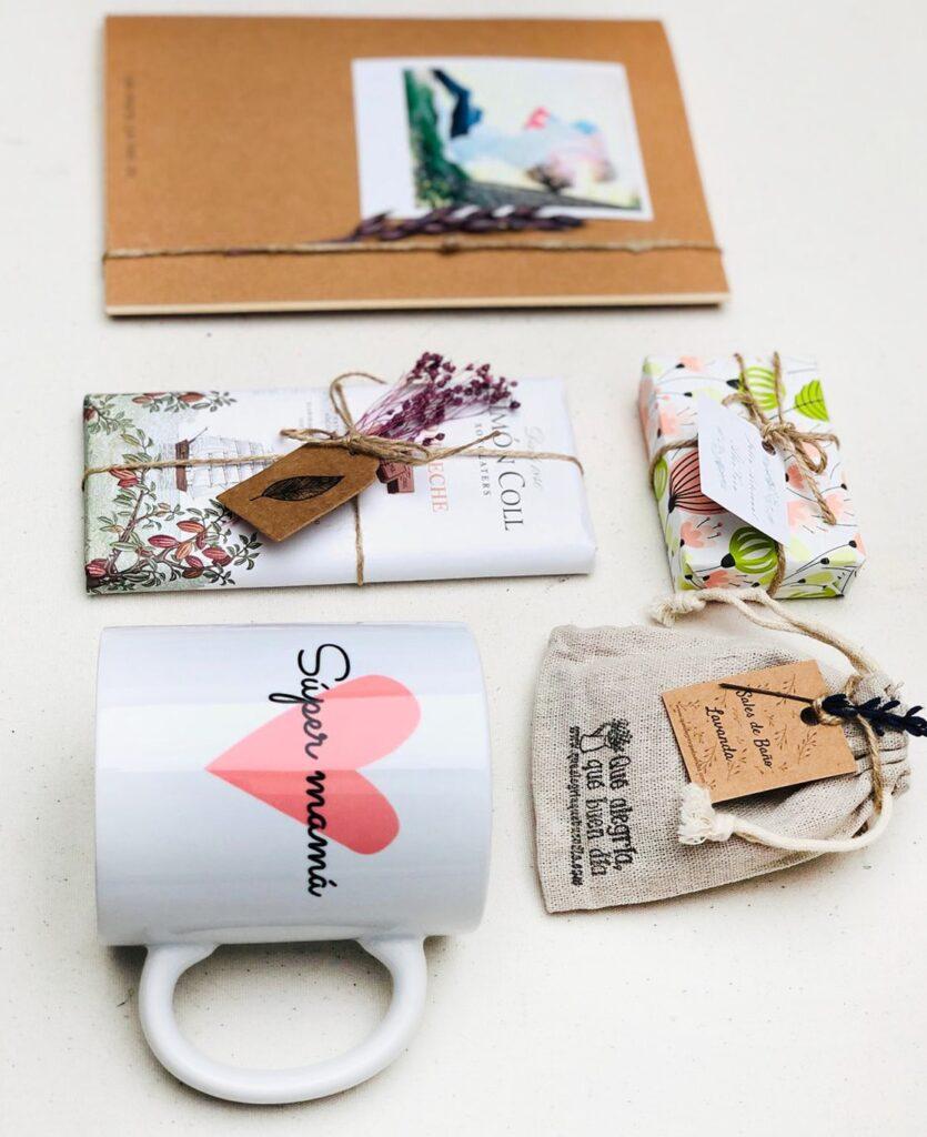 Pack Regalo Papa Día de la Madre compuesto por taza tableta de chocolate, jabon artesanal, bolsita de sales y libreta personalizada.