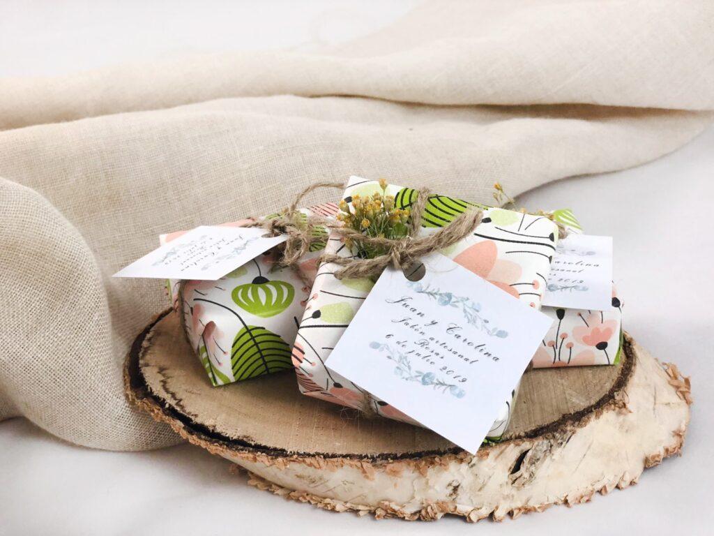 Jabones cuadrados empaquetados en paeles diseñados con etiqueta personalizada