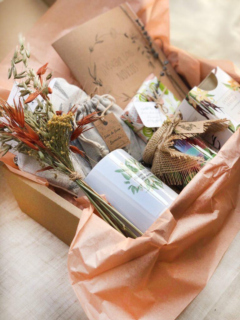 Pack regalo novia 2 compuesto por neceser hecho a mano, taza personalizada, botecito de cuches, entre otros elementos