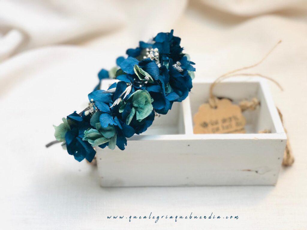 Diadema Floral Lua_ tonos azulados y blancos