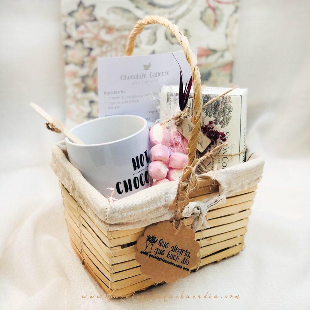 Mini Pack de Chocolate Caliente es un regalo para el amigo invisible para los amantes del chocolate. Viene en cesta de mimbre con asa.
