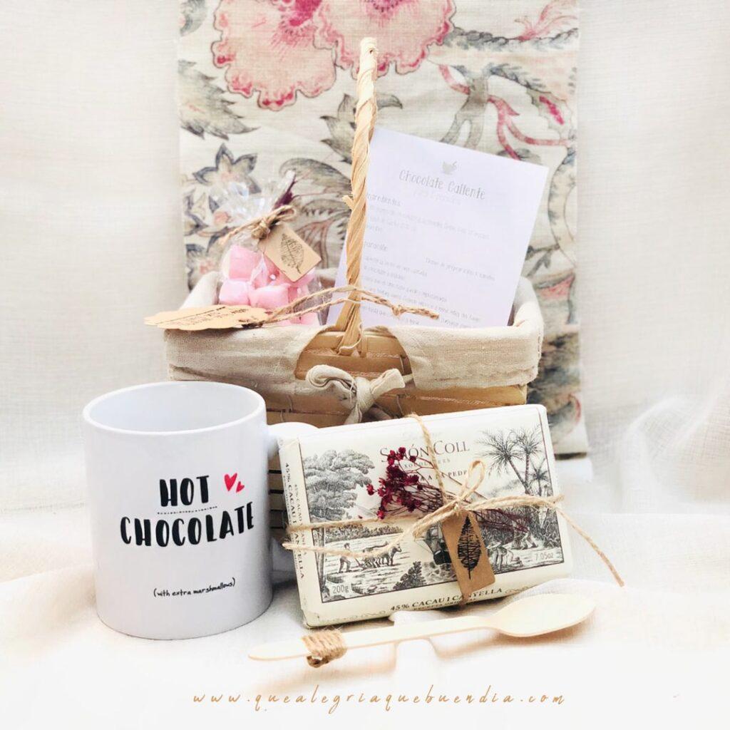 Mini Pack de Chocolate Caliente es un regalo para el amigo invisible para los amantes del chocolate. Viene en cesta de mimbre con asa, taza de ceramica, chocolate caliente, chuches