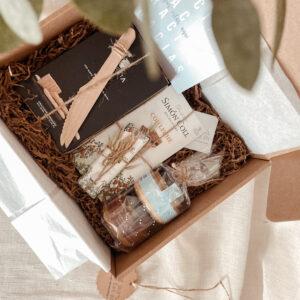 Es un kit regalo para todos los amantes de lo gourmet y del aperitivo, tienes tanto dulce como salado