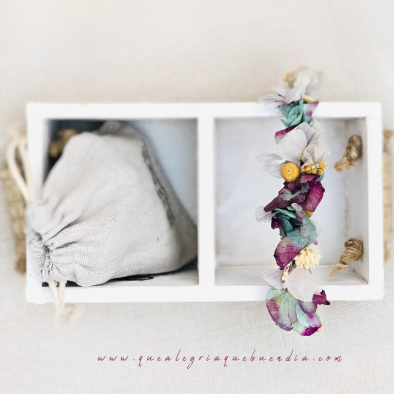 Foto de una PULSERAS flor preservada en una caja para regalar a testigos diferentes tonalidades