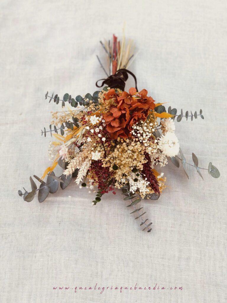 Ramo Flor preservada en diferentes tonos ocres, amarillos y crema.