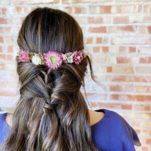 Tocado de flores preservadas de tonalidades rosas blancas y doradas