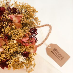 Centro de flores colores granates rosados