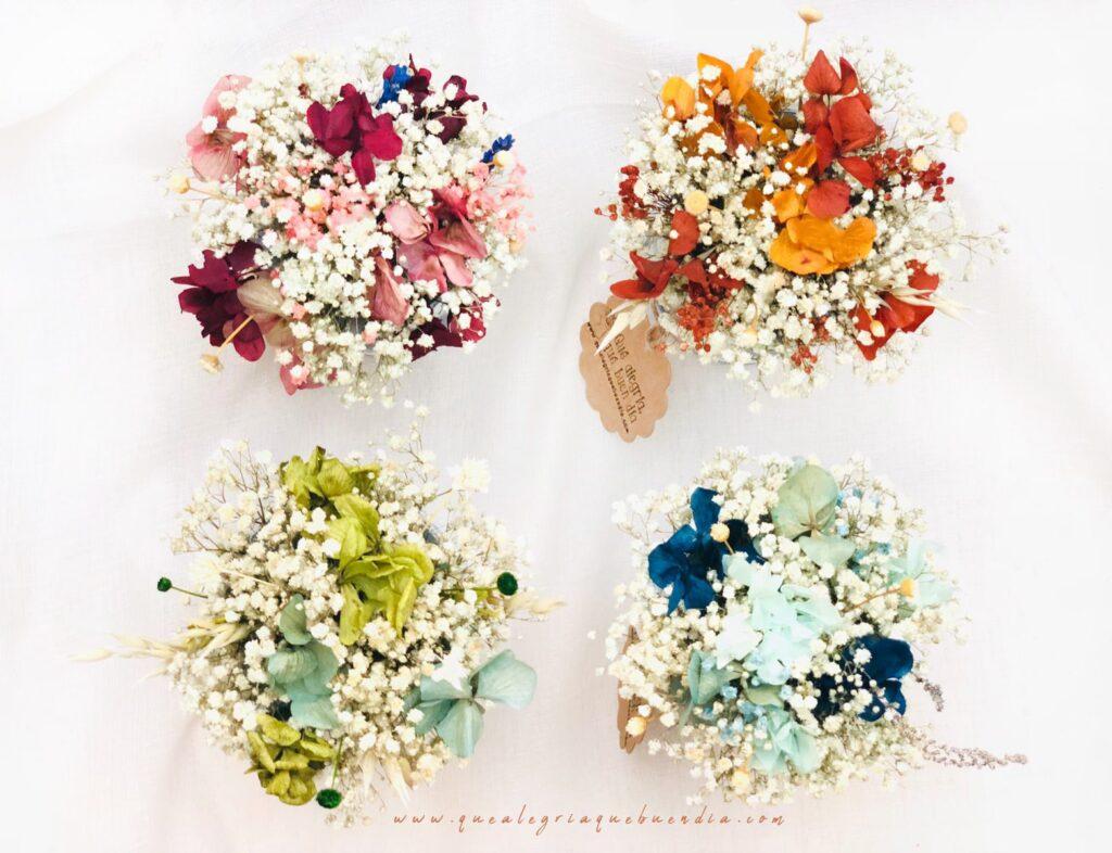Pack regalo Amigo invisible en caja de carton con arreglo de flores preservadas en jarrita lechera, y dos chocolates. Elige la tonalidad de las flores que más te gusten