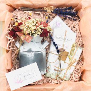 Pack regalo Amigo invisible en caja de carton con arreglo de flores preservadas en jarrita lechera, y dos chocolates.