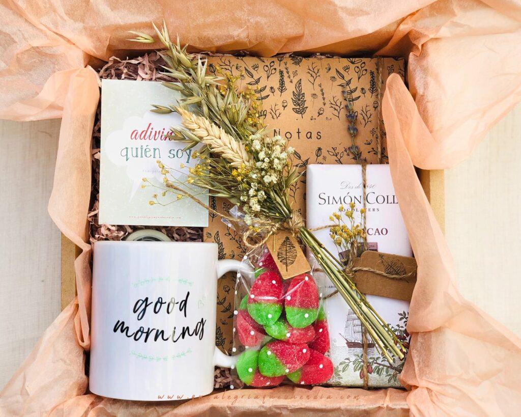 Pack Regalo Amigo Invisible compuesto por diferentes elementos taza de ceramica, chuches, libreta de notas, chocolate ideal para ese persona especial.