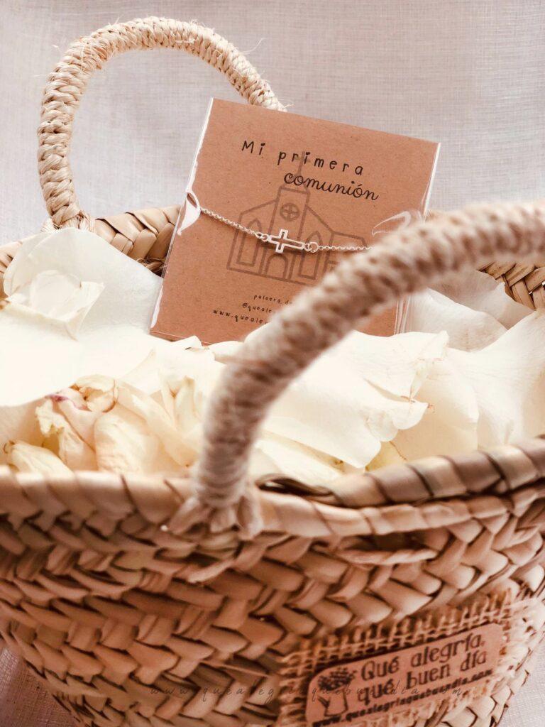 Pulsera Plata de Cruz para comuniones en cesto de mimbre