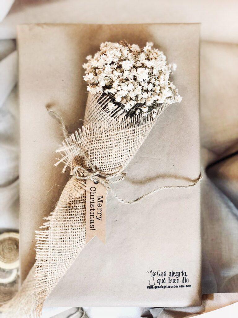 Como envolver regalos de una forma facil y decorarlos con flores