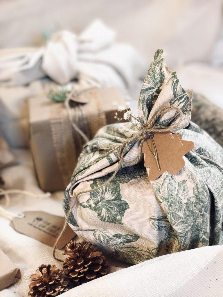 Ideas faciles para envolver regalos con telas