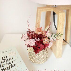 Cesto de Flores Preservadas en tonos rosados en cesta de yute