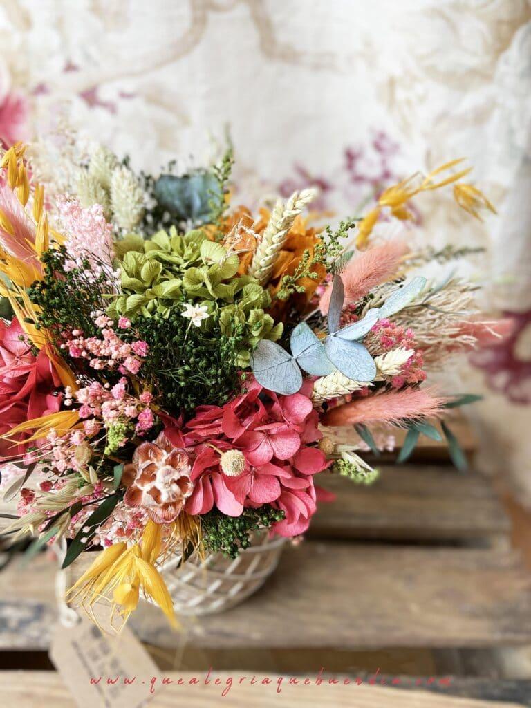 Centro de Flores Preservadas en tonos primaverales en cestro de yute. Tamaño grande