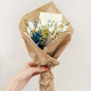 Ramito de Flores Preservadas en tonos azules, amarillos y blancos. Ramito preservado Laia