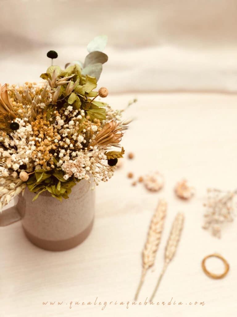 Alegro floral en recipiente de cerámica