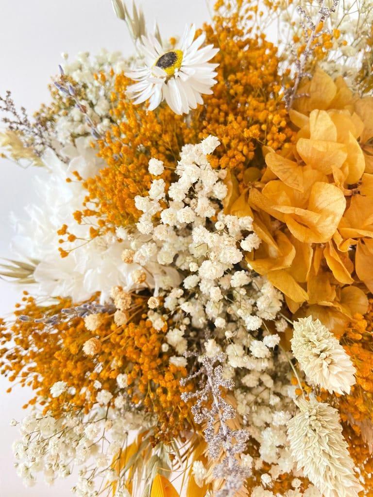 Centro de flores Preservadas Mimbre Tonos Amarillos Regalo ideal para decorar tu hogar. Esta hecho con flores preservadas en tonos amatillos.