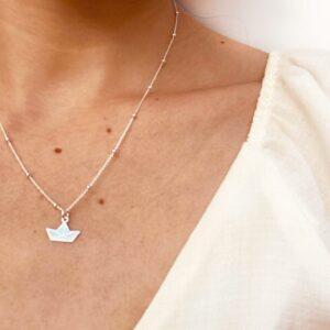 Collar de plata Barco de papel en el cuello