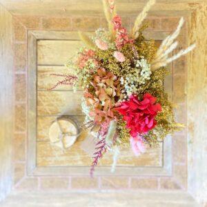 Arreglo de flores preservadas en tonos rosados en caja de madera blanca_Centro Julia