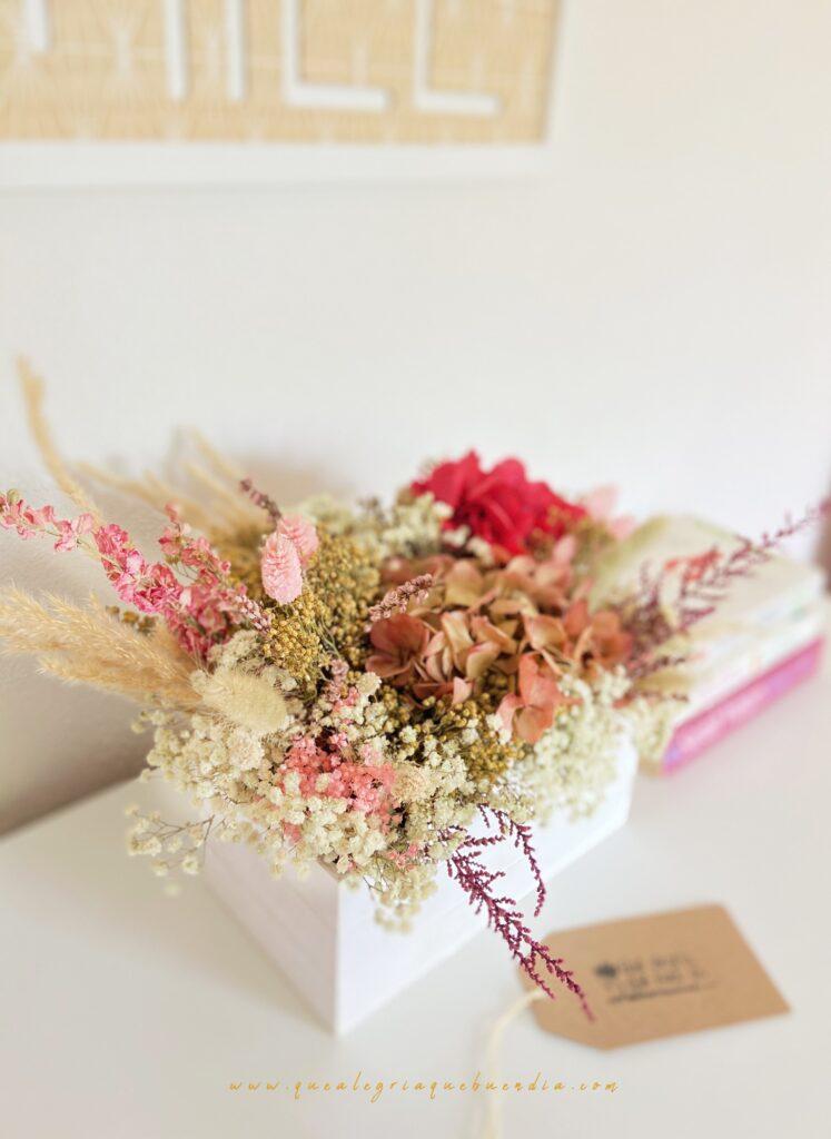 Centro de Flores Preservadas Julia_ en tonos rosados blancos cremas para decorar tu hogar como regalo de cumpleaños