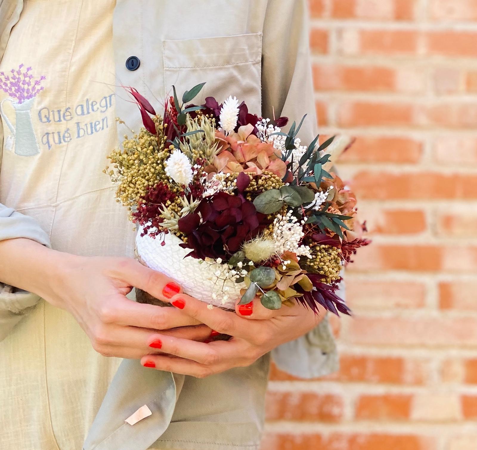 Centro de flores Preservadas Mimbre Sofía_ ideal para regalar esta hecho en tonos granates, verdes, blancos, y cremas