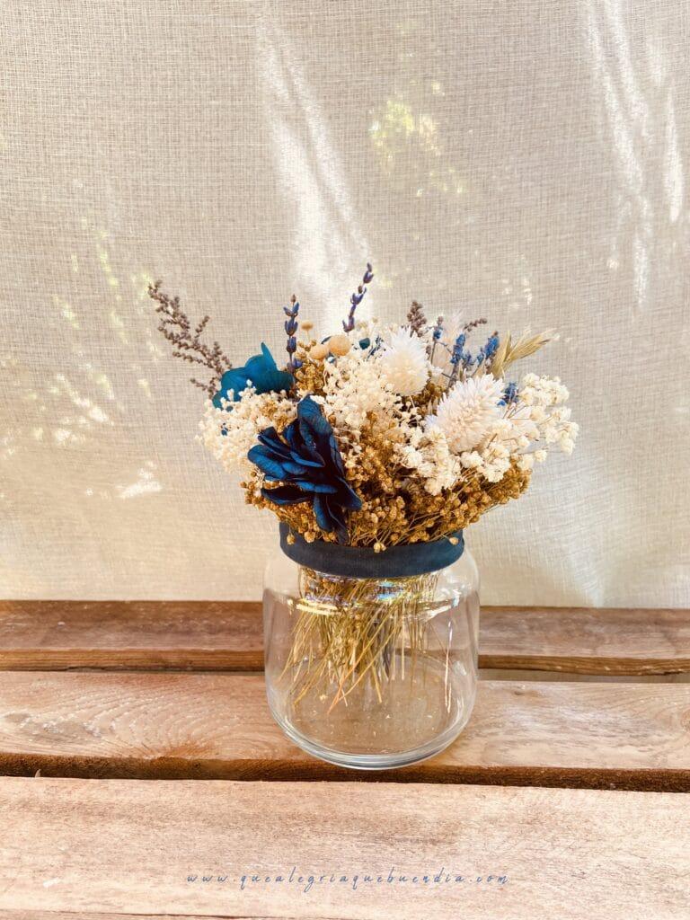Centro de flores preservadas en tonalidades azules ideal para decorar tu hogar