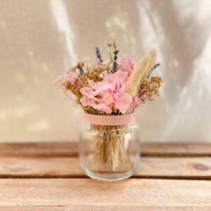 Centro de flores preservadas en tonos rosados en jarroncito de cristal, ideal para regalar, tienda online
