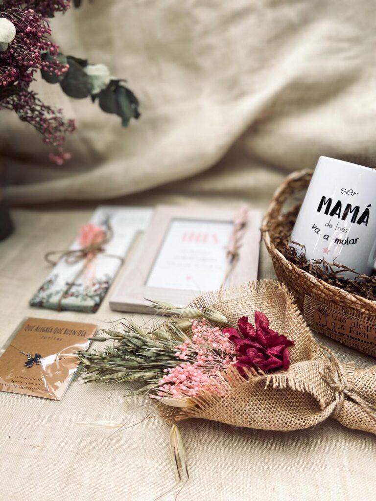 Pack Recien Nacido Regalo Bebes esta compuesto por taza de cerámica, joyita, chocolate, lamina personalizada y ramillete de flores
