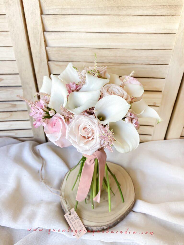 Ramo de novia con flores naturales: Calas en tonos pasteles y blancos