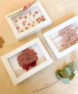 DIY FLORAL_ Decorar marcos de fotos con flores_Tres marcos con diferentes flores en tonos rosados