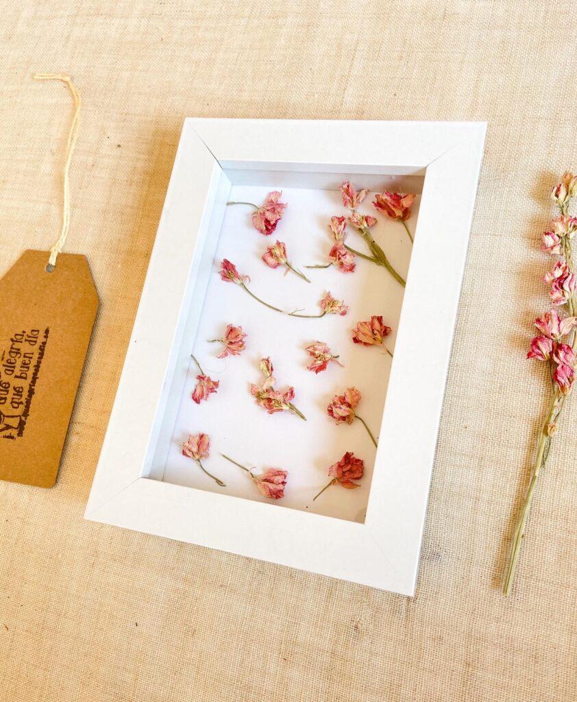 DIY FLORAL_ Decora tu marco con pétalos de flores, en este caso con Delphinium