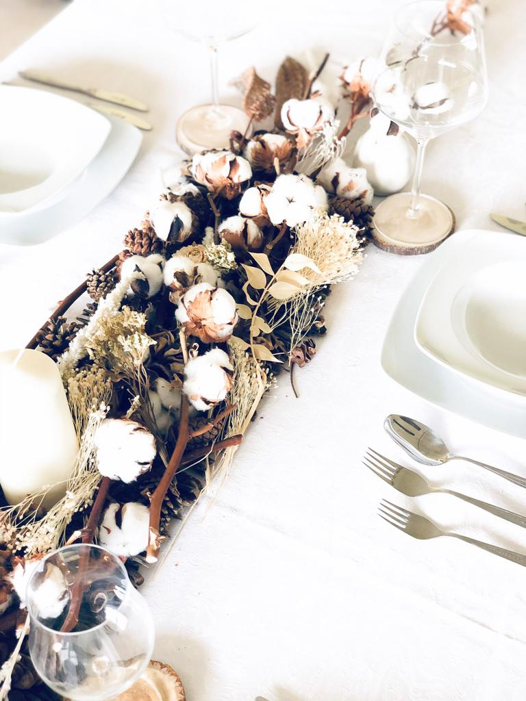 Decoracion mesa navidad en tonos cremas, tostados, blancos y marrones