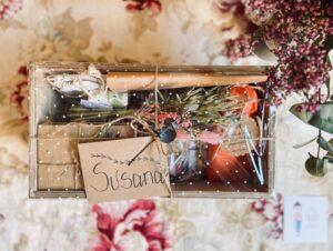 cajita de madera de regalo con más elementos decorativos