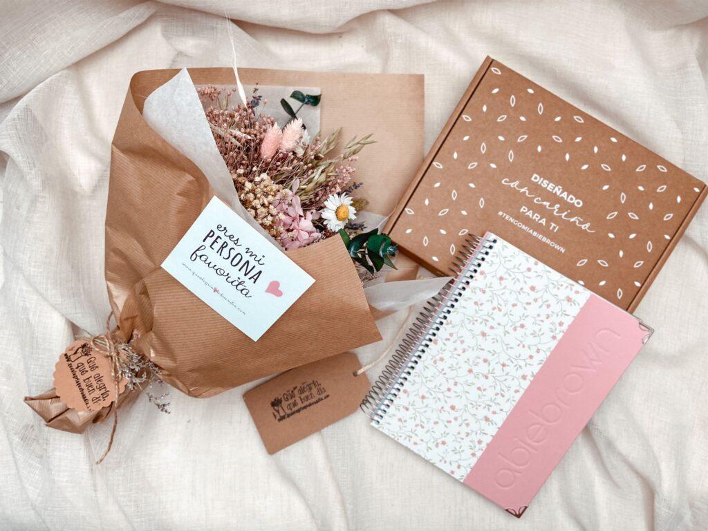 Pack regalo edición especial ramo de flores preservadas y agenda planificadora del año