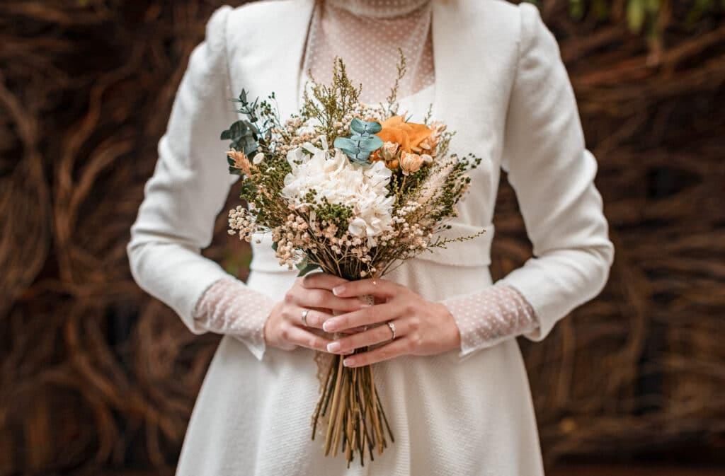 Ramo de novia con flores preservadas silvestres en tonos otoñales para una ceremonia atemporal