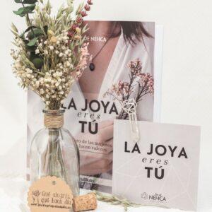 Pack LA JOYA ERES TU CON FLORES. Este pack contiene el libreo de Luz de Nhca hablando sobre joyería sostenible y un arreglo de flores para el día del libro